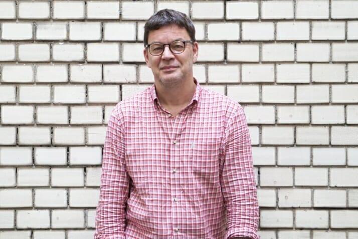 Jörg Heidemann VUT vor einer Kachelwand