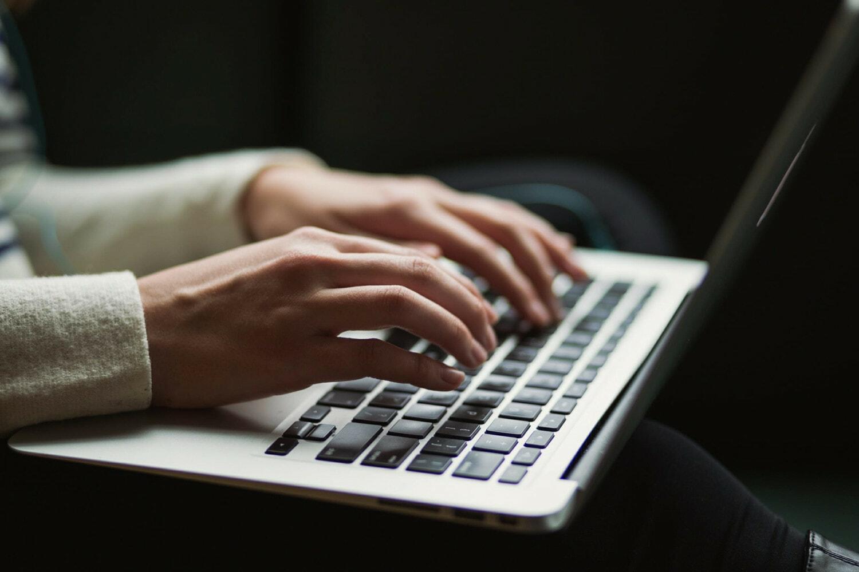 Hände auf Tastatur